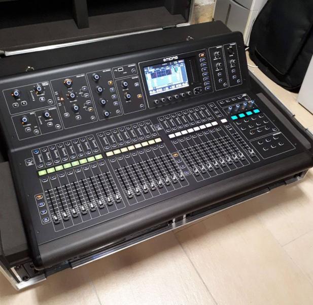 Midas M32 Mischpult im Case mit CD-Player und Router